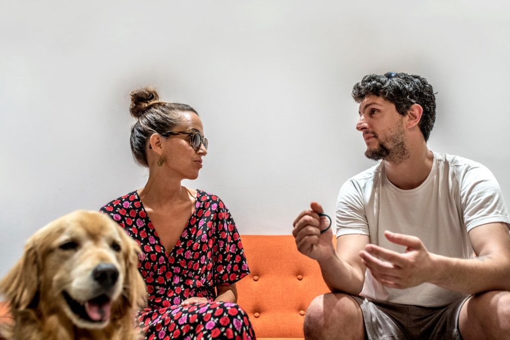 Maria con su perro Tavish y Gabo hablando distendidamente, los dos fundadores de Punt de Vista